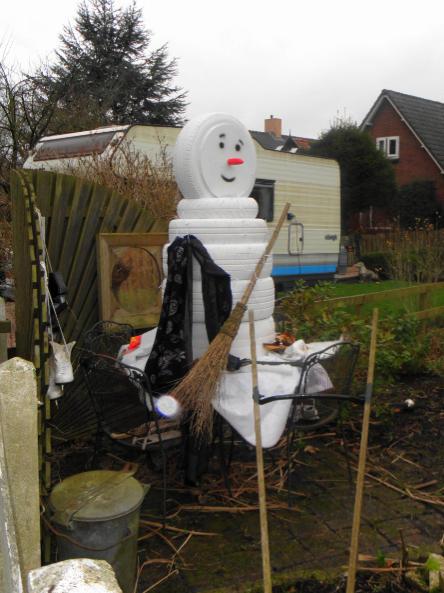 Een sneeuwpop van autobanden, kunstwerk van de creatieve Burgerveense.